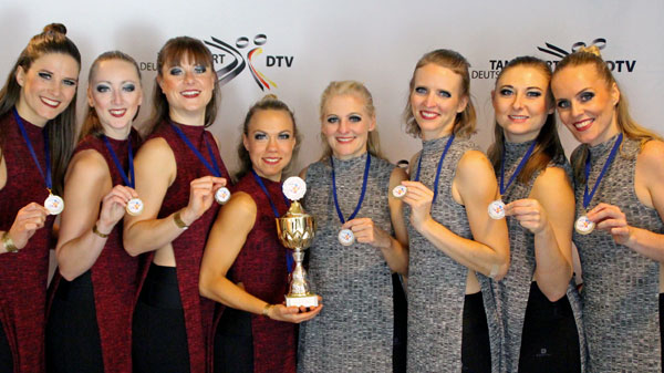 Freude und Stolz über den Titel: Lena Gräsle, Lena Wellbrock, Christiane Wagner, Silke Glowacki, Ines Rief, Anne Bungard, Natalija Metzler, Anna Hanke (von links)